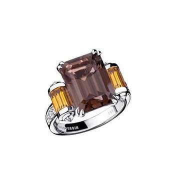 Cette bague en Quartz fumé (5,50 carats) de taille émeraude est idéale pour l'élue de votre coeur. Or blanc 18ct et deux rouleaux sertis de Citrines taille baguette. Pavage diamants : 0.41ct Source : mauboussin.fr