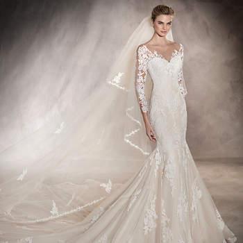 Espetacular vestido de noiva de corte baixo e manga três quartos estilo sereia com belíssimos motivos florais de renda e guipura que ornamentam todo o corpo deste romântico modelo. Simplesmente maravilhoso!