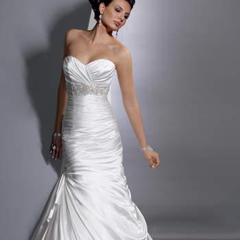 """Vestido """"fit and flare"""" com corpo alongado e decote coração. Disponível com zíper ou fechamento espartilho. O cetim Demir Strech fornece um brilho elegante para a longa silhueta. Presa assimetricamente abaixo da cintura, a saia drapeada se derrama em uma linda bainha de balão.  <a href=""""http://www.sotteroandmidgley.com/dress.aspx?style=JSM1307LU"""" target=""""_blank"""">Sottero and Midgley</a>"""
