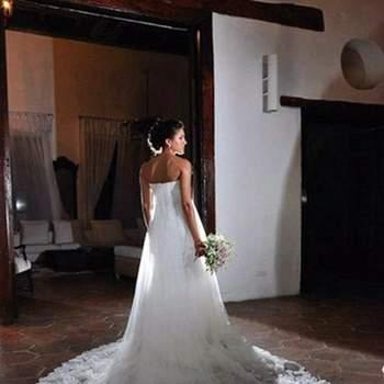Precioso vestido de novia, personalmente lo considero romántico.  Su diseño es suelto desde la cintura, conformado por varios velos con encaje y cola, escote palabra de honor ¿Ya tienes claro como deseas el tuyo?