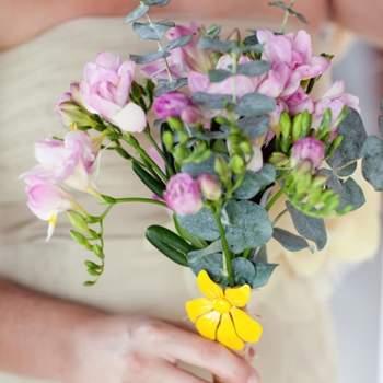 Légèrement coloré et pas trop imposant, ce bouquet de mariée champêtre est de toute beauté. - Source : Style Me Pretty