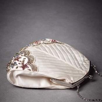 Estilo monedero de color marfil, con cadena para llevar colgado desde el hombro, cierre kisslock, flores en cristal.