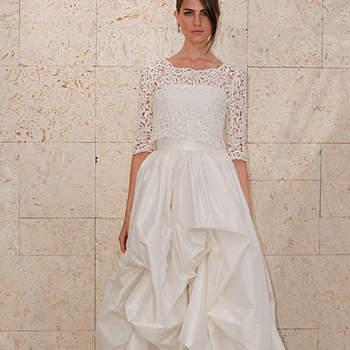 Robe de mariée Oscar de la Renta Automne 2012. Effet froncé sur la jupe, haut en dentelle avec manches au coude. Source : Oscar de la Renta
