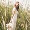 Cualquier lugar es bueno para obtener una imagen para el recuerdo del día de vuestra boda. Esta foto de una novia en medio del campo es prueba de ello. Foto: Sara Lobla.  http://www.saralobla.com/