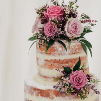 Foto: Lanty - Naked Cake con flores rosas y lilas