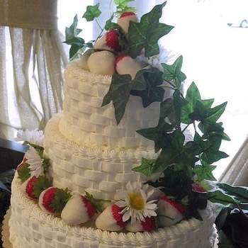 Torta en tres pisos decorada con rojo notorio de forma discreta y verde destacado con enredadera presente en toda la torta.