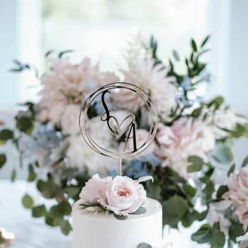 Mais uma vez a simplicidade, com um detalhe moderno e as românticas flores | Créditos: Bakewell |  Foto: João Almeida