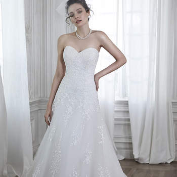 """Detrás del romance se encuentra este vestido de novia, con corte en A, con apliques de encaje en cascada un bordado dobladillo de encaje y escote sutil cariño. Acabado con botón de cubierta sobre la cremallera y cierre elástico interior.  <a href=""""http://www.maggiesottero.com/dress.aspx?style=5MB026"""" target=""""_blank"""">Maggie Sottero Spring 2015</a>"""
