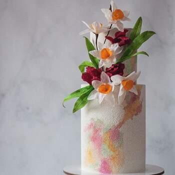Foto: Anastasiya Tolstih - Pastel de dos pisos con toques de colores pasteles y flores artificiales