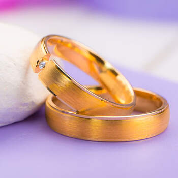 Lugar da Jóia - aliança em ouro amarelo largas com brilhante. Preços entre os 400€ e os 1.000€