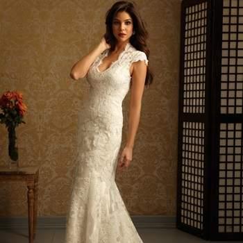 Un elegante vestido todo de encaje. Este vestido estilizado, tiene una bella línea del cuello. lo componen dos piezas de charmeuse.