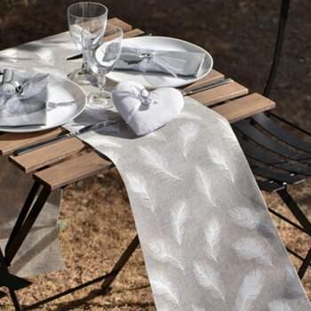 Rouleau De Table Plumes Blanches - The Wedding Shop !