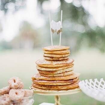 Para quem não é muito fã de bolos pode optar pelas panquecas, neste caso até simples, sem recheio! | Crédito: IG @weddingsinaustin