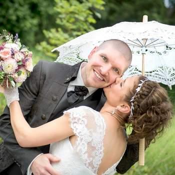 Fotografieren ist für mich nicht nur eine Leidenschaft, sondern auch eine Art, mich künstlerisch auszudrücken. Mir geht es darum, einen unwiderruflichen Augenblick, der so vielleicht kein anderer Mensch gesehen hat, für immer fest zu halten.  Eine Hochzeit fotografieren zu dürfen, ist für mich jedes Mal ein tolles Erlebnis. Ein Tag voller lachender Gesichter, einmaliger Momente und grosser Emotionen. Gefühle die kaum in Worte zu fassen sind, fange ich als Hochzeitsfotograf ein und verewige sie in Bildern, die mehr als 1000 Worte sagen.  Die Verantwortung eine vollständige Hochzeitsreportage in Bilder zu fassen, nehme ich sehr ernst, denn für die meisten Bilder gibt es keine zweite Chance. Es ist mir wichtig, das Brautpaar schon vor der Hochzeitsfeier persönlich kennen zu lernen. Gemeinsam besprechen wir den Ablauf der Feier, sowie Wünsche und Erwartungen bezüglich meiner Arbeit als Fotograf.  Das Resultat sind einmalige, kreative Fotos, die das schönste Fest des Lebens für immer in wunderbarer Erinnerung halten.
