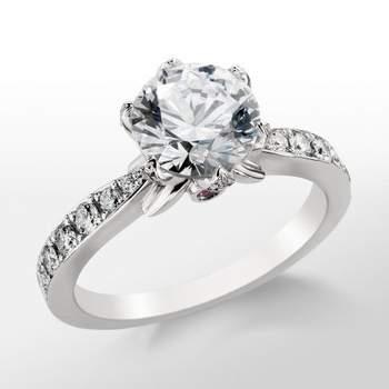 Anillo de compromiso con diamante central engastado en forma de pétalo. Foto: Blue Nile