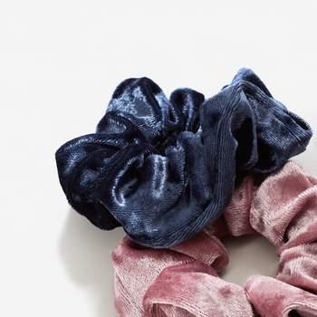 Coleteros forrados de terciopelo azul y rosa empolvado. Credits: Mango