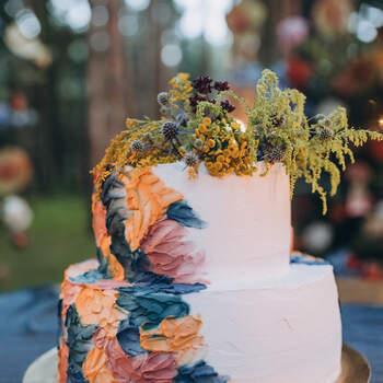 Foto: Alex Gukalov - Pastel decorado con plantas silvestres y toques de color