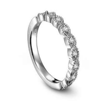 Un anillo estilo corona.
