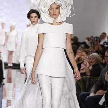 Mesmo calças sendo uma opção para as noivas menos convencionais, Karl Lagerfeld acrescentou uma flor na cabeça que nos leva a incluir-lo nesta seleção excêntrica!
