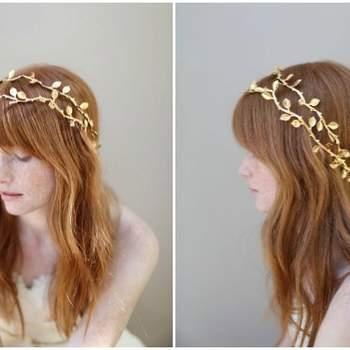 Une chevelure naturelle et ondulée se marie parfaitement avec des bijoux de cheveux dorés. Photo: My Rakim