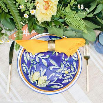 Mesa en tonos naranjas y azules. Credits: Megan Welker Photography