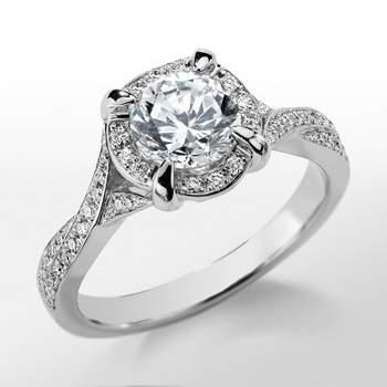 Sortija de compromiso con montura girada y diseño entrelazado, engastado con diamantes y un zafiro rosa. Foto: Blue Nile
