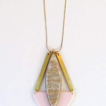 Détail de collier en or avec des pierres dans les tons de rose. Photo: Apres Ski.