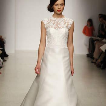 Robe de mariée au tombé impeccable, avec une touche de dentelle au niveau du décolleté. Elégante et féminine. Amsale 2013