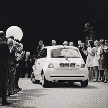 Los coches de colección, por pequeños que sean, siempre son una buena opción en una boda vintage. Foto: 2Rings Trouwfotografie y Feestudio