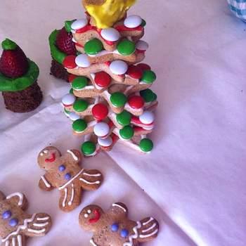 La Navidad trae consigo ideas súper entretenidas para una repostería original y llena de color. Inspírate en estas encantadoras delicias de la tienda Amor Gourmet para una boda navideña.  Foto: Amor Gourmet