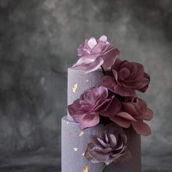 Foto: Anastasiya Tolstih - Pastel de dos pisos con flores moradas y detalles en dorado