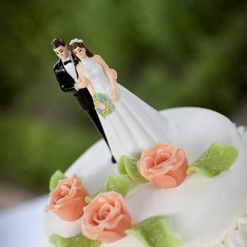 Parte alta della wedding cake con rose di zucchero color salmone