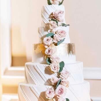 Foto: @Dandreotticakes - Pastel de bodas clásico con rosas naurales
