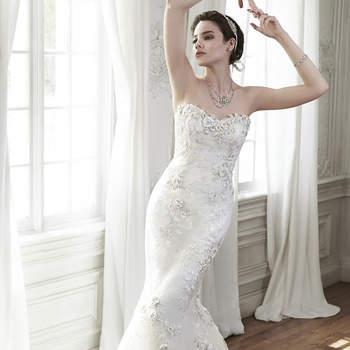 """Elegancia refinada se encuentra en este ajustado y llamativo vestido de novia, hecho con apliques de encaje tridimensionales y tul. Se complementa el look con escote de encaje floral y dobladillo. Acabado con cierre de corsé.   <a href=""""http://www.maggiesottero.com/dress.aspx?style=5MD122"""" target=""""_blank"""">Maggie Sottero Spring 2015</a>"""