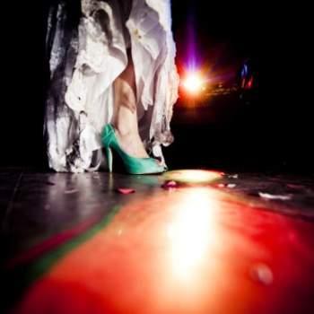 Le turquoise se décline jusque dans les chaussures de la mariée ! Crédit photo : Layla Eloa