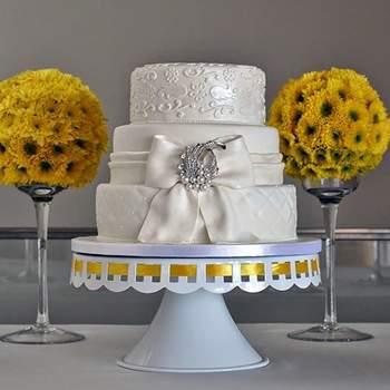 Os bolos de casamento de 3 andares adaptam-se a diferentes estilos, nomeadamente o clássico e luxuoso. | Créditos: Bolos por Gosto