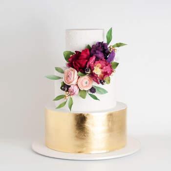 Foto: Cake Ink - Pastel de 3 pisos con la base dorada y detalles de coor en las flores