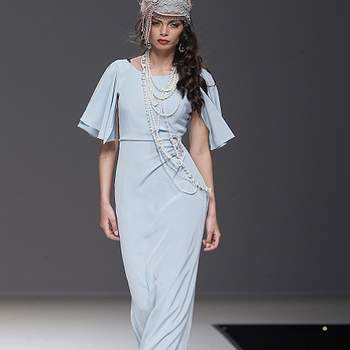 Robe bleue pâle fluide avec manches amples. Photo : Barcelona Bridal Week