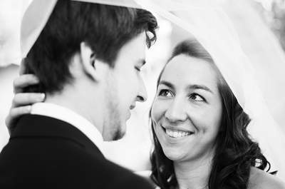 Roxane et Arnaud : Un joli mariage breton et familial aux subtiles touches de rouge