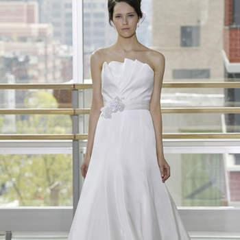 Vestido escote strapless en flor don drapeados verticales. Corte princesa y cinturón blanco con decoración al frente.