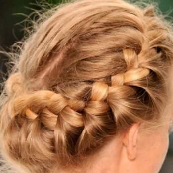 """Cheveux attachés en tresse à l'arrière formant une """"guirlande"""" souple. Photo : youtube"""