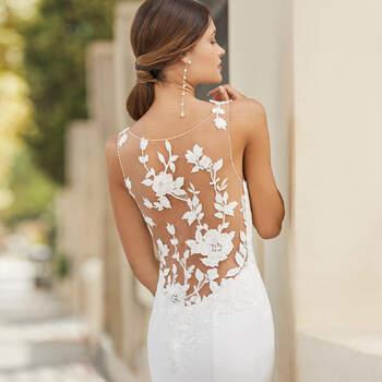 O modelo Tarrega é estilo sereia, em crepe, com cauda rematada em renda. As costas glamorosas com decote ilusão e efeito tatuagem até às ancas e o decote redondo sem mangas torna-o ideal para um casamento civil na primavera. | Rosa Clará 2021