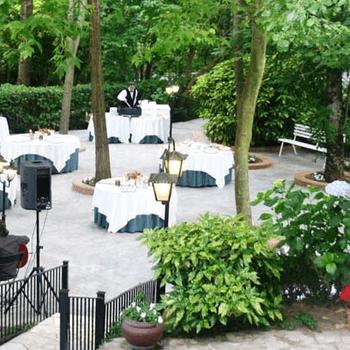 Foto: Can Marlet | Esta masía se encuentra situada en pleno Parque Natural de Montseny, a 40 minutos de Barcelona. Un entorno natural de gran belleza: sus jardines y sus confortables salones harán que todos los invitados disfruten de una mágica velada.