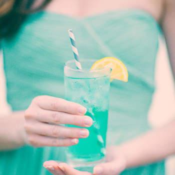 Puedes optar por la clásica limonada pero con una pizca de ron y licor sin alcohol de color azul o del color que más pegue con la decoración de tu boda. Foto: Three nail photography