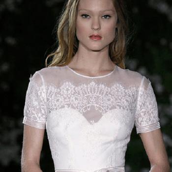 Magnifico abito di Carolina Herrera con scollatura a cuore velata romanticamente dai ricami.
