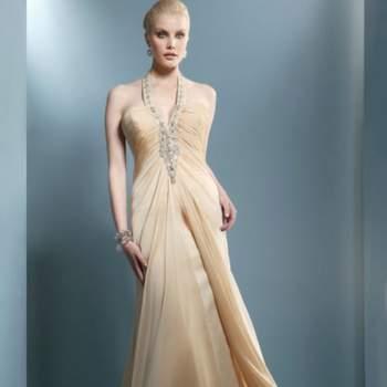 Toute en fluidité ! Cette robe longue au décolleté bordé de perles fera tout son effet à un mariage. Demetrios 2012