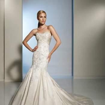 Belle robe de mariée 2012 sirène avec sa traîne ornée de cristal et de broderie en satin pour les mariées. Vue de face. Crédit photo: Pour les mariées
