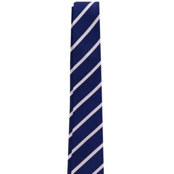 Corbata navy con rayas blancas es un básico que sentará bien a todos los niños. Credits: Scalpers