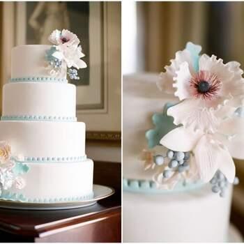 Foto: Alea Lovely - Pastel de bodas sencillo con detalles en azul cielo