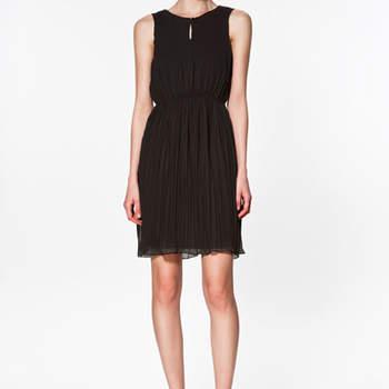 Robe Zara plissée noire toute en fluidité. Ultra chic ! Photo : www.zara.com